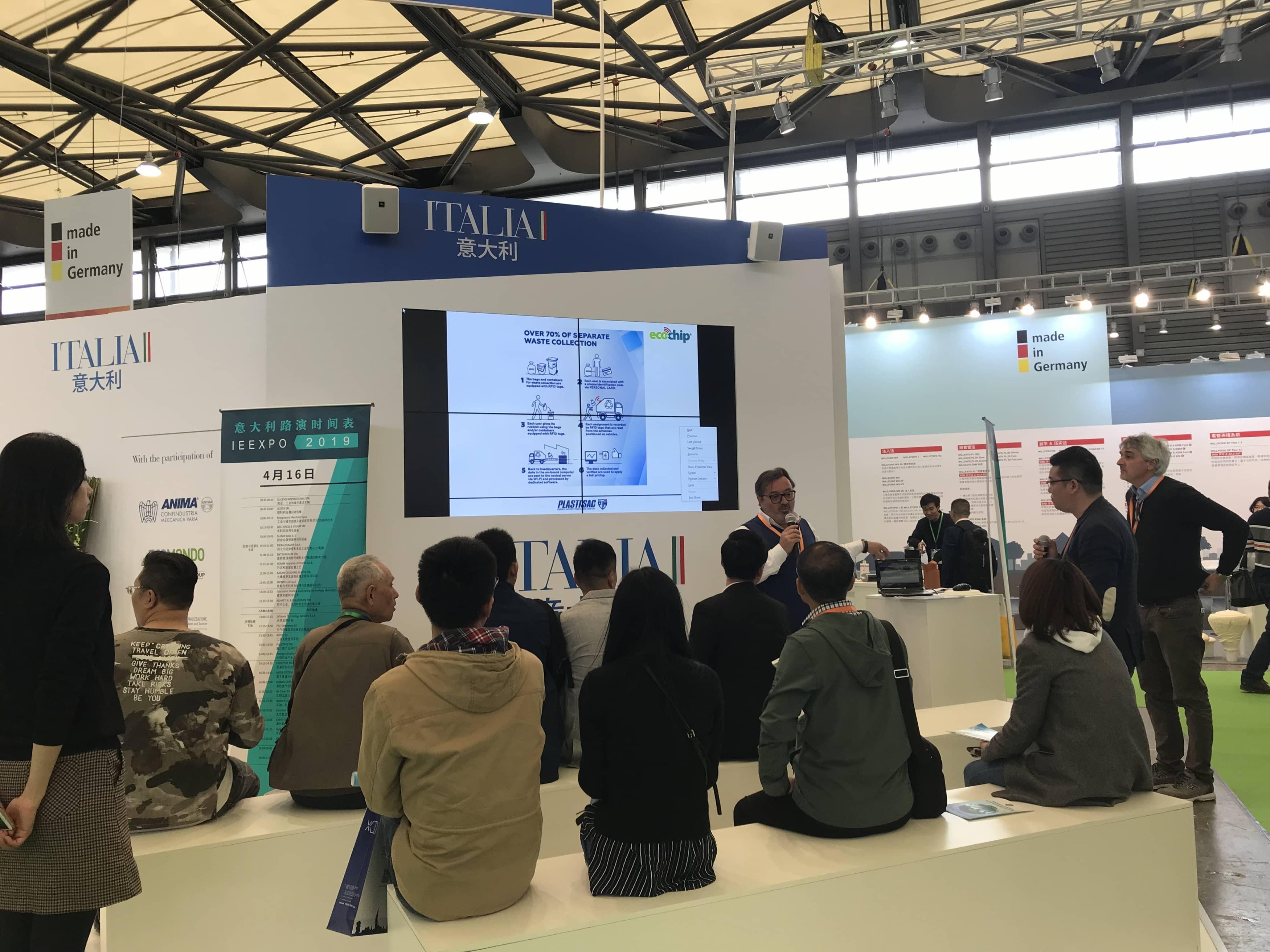 Mauro Bergamaschi mostra il progetto di Plastisac a IE China Expo